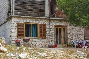 typisch stenen huis met tuin in kroatië. foto