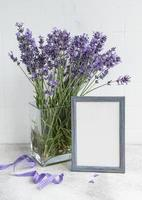 een boeket lavendel in het interieur van een keuken. foto