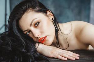 glamour shot van brunette vrouw foto