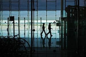 mensen lopen door de luchthaven van de hal foto