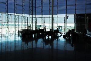 passagiers in de luchthavenlounge foto