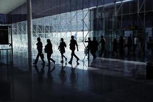 passagiers gaan door de luchthaventerminal foto