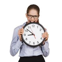 meisje in een staat van stress bijt op de klok foto