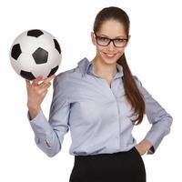 zelfverzekerde vrouw met een voetbal foto