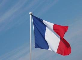 franse vlag van frankrijk over blauwe lucht foto