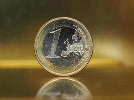 1 euromunt, europese unie over gouden achtergrond foto