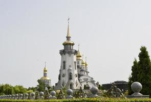 christelijk kerkkruis in hoge torenspits voor gebed foto