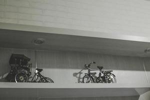 foto van fiets- en riksja speelgoeddecoratie kunstfoto uit indonesië