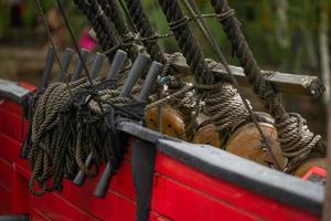 boord van een piratenschip. de zeilboot aanpakken. foto