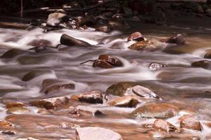 stromende stroom lange blootstelling foto