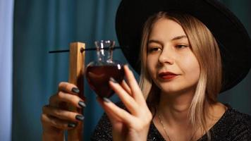 de vrouw heks bereidt een drankje. rode liefdesdrank foto