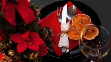 setting voor feestelijk kerstdiner op zwarte tafel met decoratie foto