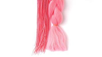 roze kanekalon hangt op een witte achtergrond foto