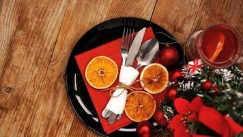 kerstdinerdecoratie met gedroogde sinaasappels foto