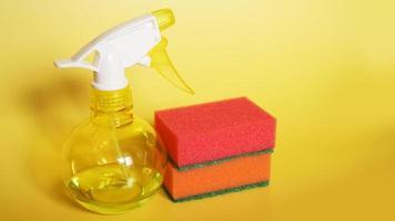 schoonmaakproducten op gele achtergrond foto