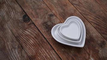 hartvormige borden op houten tafel foto