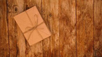 enveloppen van kraftpapier vastgebonden met touw op een houten ondergrond foto