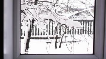 winterlandschap gezien door het raam foto