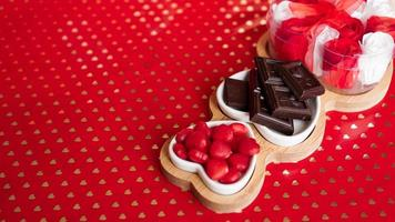 chocolaatjes en snoepjes op hartvormige borden foto