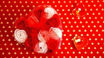 Valentijnsdag geschenk op een rode achtergrond. het concept van liefde foto