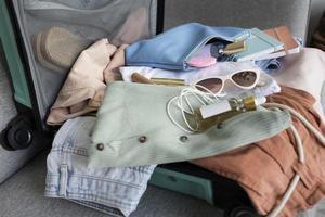de samenstelling kleding accessoires koffer foto