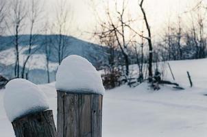 met sneeuw bedekte hek balken winter berg landsacpe foto