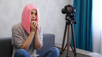 jonge vrouwelijke blogger met cameravloggen gestrest foto
