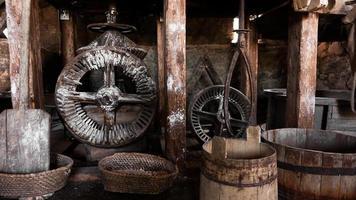 een oude handmolen gemaakt van steen en hout. meel maalapparaat foto