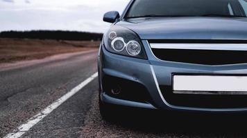 close-up voor nieuwe zilveren parkeerplaats op de weg foto