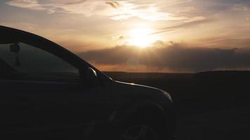 toeristische auto op snelweg met zonsonderganglandschap foto