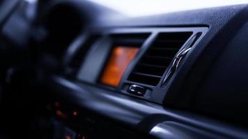 knoppen van radio, dashboard, klimaatbeheersing in auto close-up foto