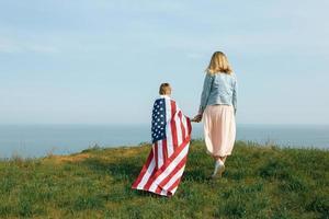 alleenstaande moeder met zoon op onafhankelijkheidsdag van de vs foto
