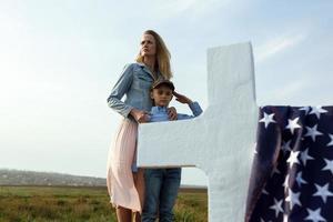 moeder en zoon bezochten het graf van de vader op de herdenkingsdag foto