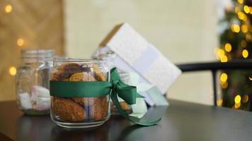 gezonde koekjes met gedroogde vruchten en noten in een glazen pot foto