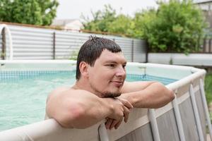portret van een jonge man in het zwembad foto