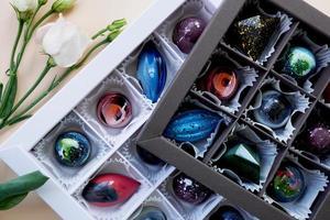 een set handgemaakte snoepjes in feestelijke verpakking foto
