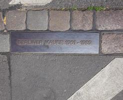 berliner mauer berlijn muurbord in berlijn straat foto