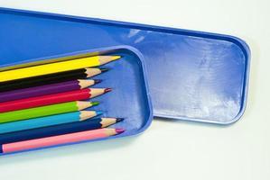 kleurrijk krijt, kleurpotlood in blauwe doos foto