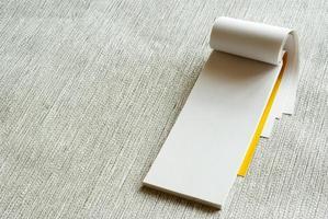 blanco pagina met schrijfpapier op grijze achtergrond foto