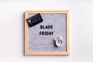 tekst zwarte vrijdag op grijs letterbord op witte achtergrond foto