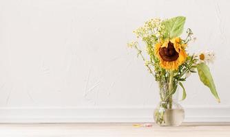 een boeket verdorde bloemen op wit foto