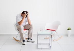 portret van een vermoeide man, gestrest en met hoofdpijn foto