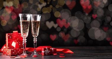 twee champagnefluitglazen op mooie bokehachtergrond foto