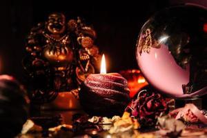 mooie kristallen bol in de kamer van een waarzegger. glazen bol. foto