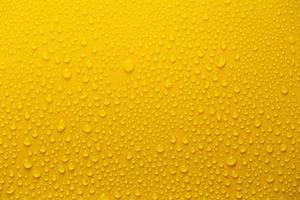 regen of waterdruppels op gele achtergrond foto