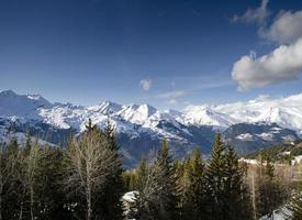 zonnig landschap van de franse alpen en besneeuwd uitzicht op de bergen in het skigebied les arcs in de buurt van bourg saint maurice france foto