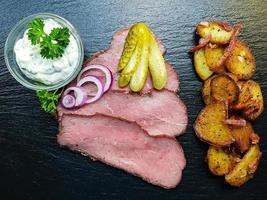 rosbief met gebakken aardappelen en remoulade foto