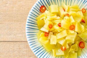 pittige salade augurkkool of bleekselderij met sesamolie foto