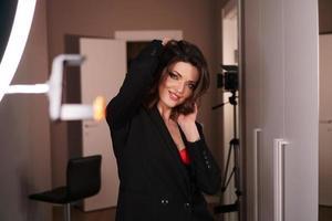 jonge mooie sexy model poseren in fotostudio. studio foto licht