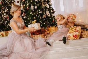 kerstconcept. gelukkige moeder en dochter foto